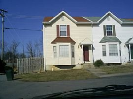 Great 3 Bedroom Townhouse with Huge Yard and Washer/Dryer.
